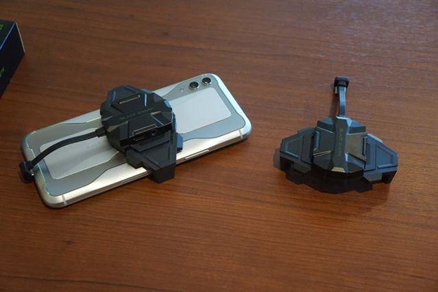 「2 in 1 ゲーミングアダプタ」はスマートフォンの側面を挟んで、USB Type-Cポートに接続する