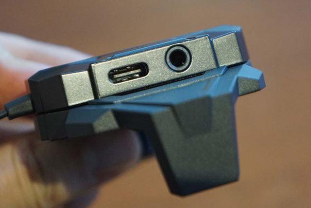 USB Type-Cポートと有線のヘッドホン端子を各1基備える
