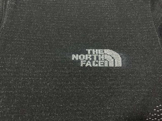 胸のブランドロゴも編み込みで表現
