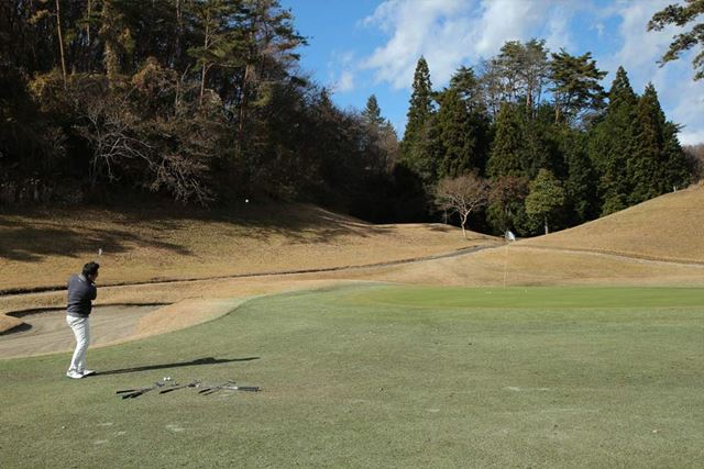 ウェッジの真の性能は、やっぱり芝の上からグリーンに向かって打ってこそ体感できるものだと思っています