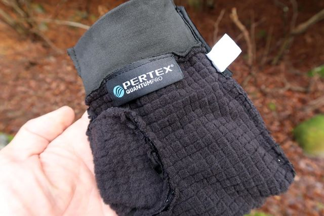 裏面には格子状の起毛素材を採用することで、吸汗速乾性と保温力を高めている