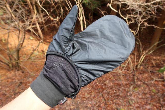 手のひら側のウィンドフードは全体を覆っておらず、手首に近い部分からはグローブ本体が見えている