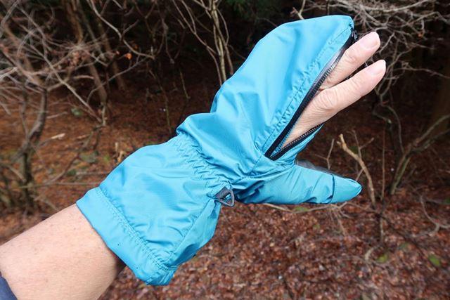 ファスナーの長さは14cmほど。開け具合により、指の先端だけ/指全体と出し方を変えられる