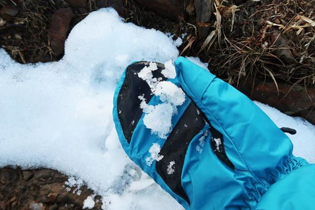 雪を軽くつかむ程度なら大きな支障はなく、止水ファスナーからも水分は入りにくい