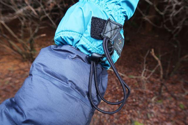 袖にはドローコードが付属。片手で引っ張るだけで閉めることができ、寒気や雪の侵入を防ぐ