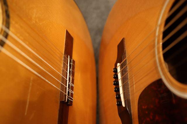 左がナイロン弦、右が鉄弦を張ったアコギ