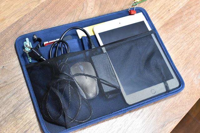 取り外せる仕切り板。ポケットも多く、ケーブル類などもしっかり収納できる