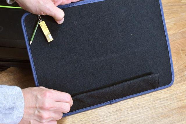 仕切り板をケース内部に固定するためのベルクロは、外した時に折り返すと使いやすい