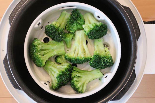冷凍ブロッコリーも、100gなら10分ほどで解凍&あたためが完了。やわらかく蒸し上がります
