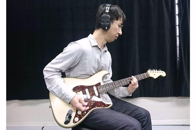 使用中のイメージはこんな感じ! ギターとアンプ(ヘッドホン)がワイヤレス接続なので、すごく身軽
