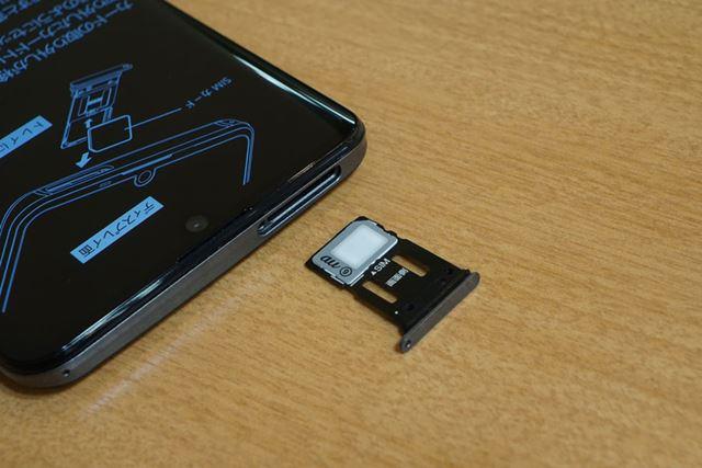 キャリアモデルなのでSIMカードスロットは1基。microSDXCメモリーカードスロットは非搭載だ