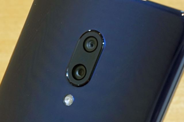 背面のメインカメラは、標準カメラと超広角カメラのデュアルカメラ