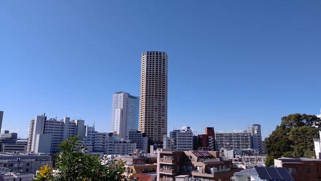日中の風景を撮影。ややシアンに寄っているが、青空の階調や、周辺部分の解像感は十分だ
