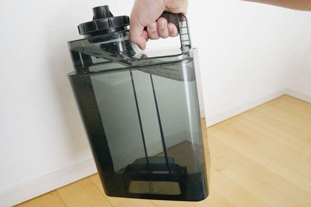 給水して運ぶときは、下部の取っ手を使うことで負担減。こちら側に取っ手があると、両手でも持ちやすいです