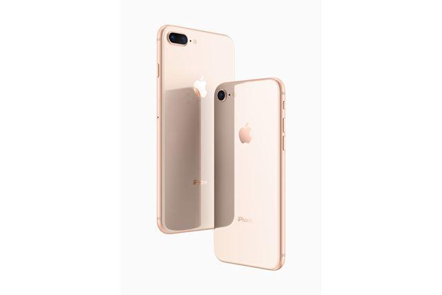 2017年のiPhoneでは「iPhone 8」(右)を取り扱うキャリアが多い