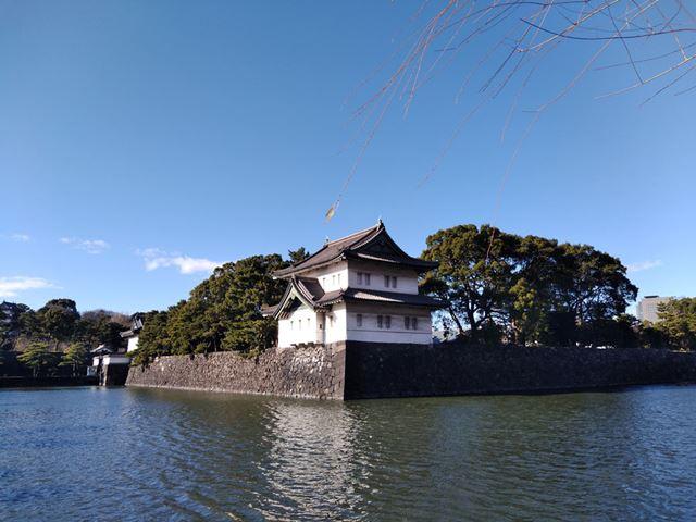 皇居の巽櫓。HDR撮影機能がないためか、南に面した部分のしっくいが白飛びしている