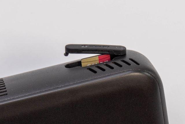 側面に、本体ストレージ64GBに加えて、最大256GBまで容量を拡張できるmicro SD カードスロットを装備
