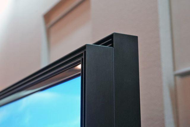 画面上部にもスピーカーを搭載する「Acoustic Muti Audio」を採用