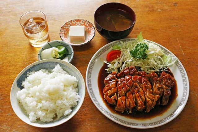 ポークソテーのほか、ごはんとみそ汁、漬物、豆腐がセットとなっている