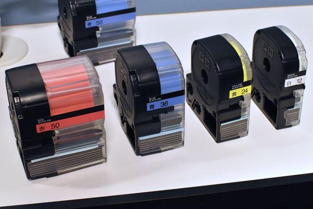 従来のテープカートリッジと並べてみると、50mmの幅の広さが際立つ