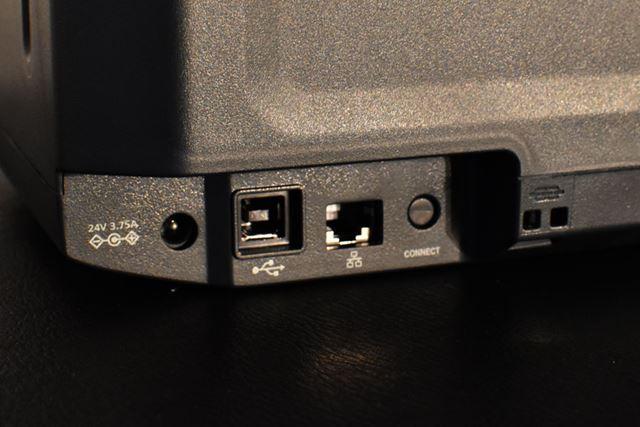 本体背面のインターフェイスにはUSBポートや有線LANポートが搭載される。電源は、付属のACアダプターを使用
