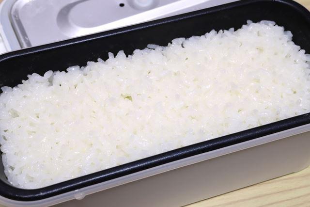 弁当箱にギッシリとホカホカのご飯。まさかこの弁当箱で炊き立てのものとは誰も思うまい