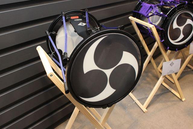 1.5尺の担ぎ桶胴太鼓と同等の、直径約35cmの専用3層構造メッシュ・ヘッドを採用
