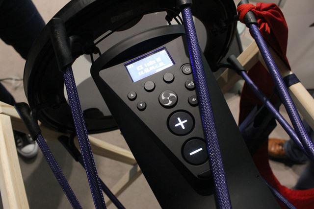 しかし、内部にモデリング音源を搭載するれっきとした電子楽器。音源の切り替えは手元のパネルから行う
