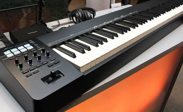 本体は、堅牢性の高い木製構造で、ここに「PHA-4スタンダード鍵盤」を搭載
