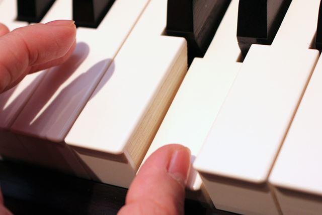 新しい「グランド・フィール・アクションIII」鍵盤。外身では従来モデルの鍵盤とほとんど変わらない