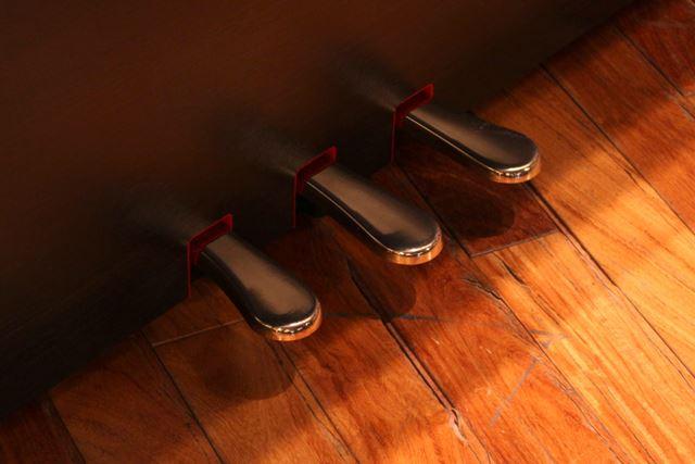 ソフトペダルにまでリアルな踏みごたえを追求した「グランド・フィール・ペダル」システム