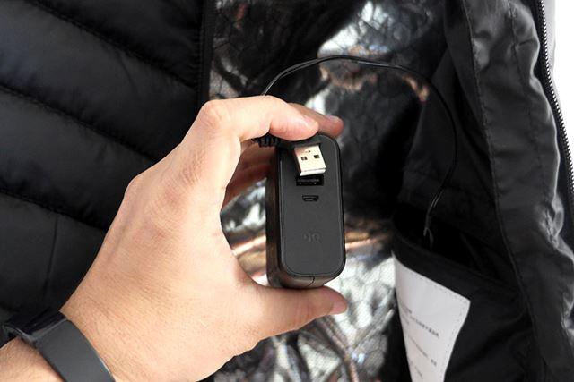 内ポケットの中にあるUSBケーブルにバッテリーを接続して……