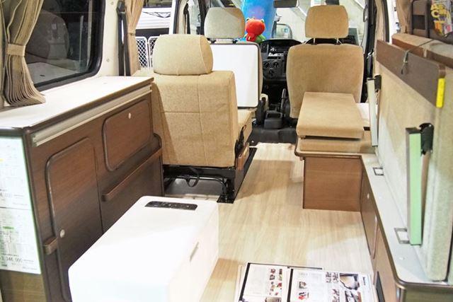3名乗車の「1人掛けバタフライシート仕様」。家具などを写真の仕様にすると314万6,000円(税別)となる
