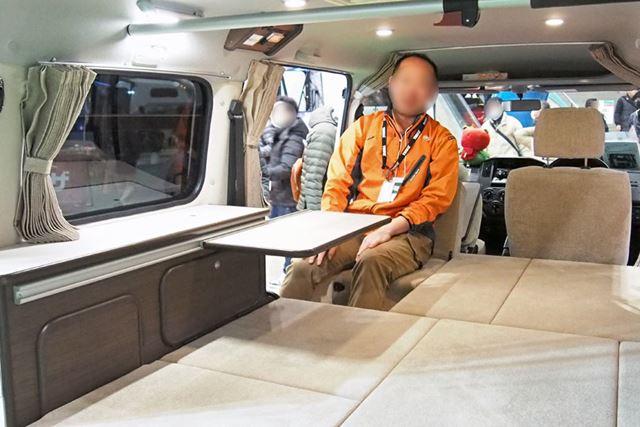 2列目のシートを展開させずにうしろ向きにし、テーブルを設置すれば、ちょっとくつろげる空間ができる