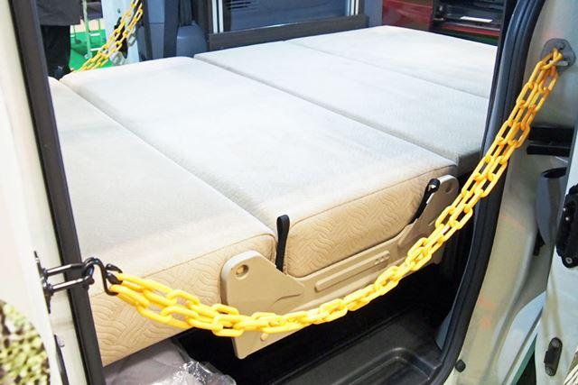 ベッドの前側は、起こすことで移動中に座れる2列目のシートになる。うしろ向きにすることも可能