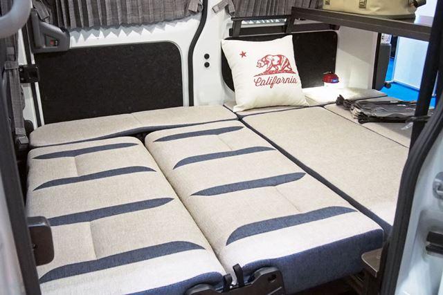 展開したベッドは、大人2人でもゆったり快適に就寝可能