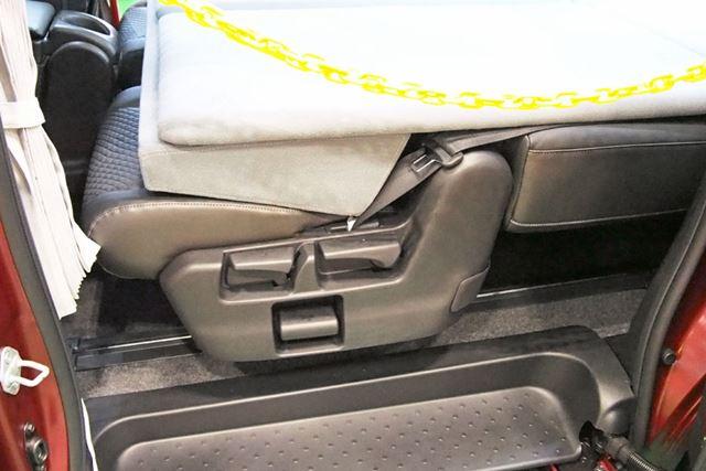 シートを倒しただけでは寝床が凸凹してしまうが、アンダーベッドを使えばフラットになる