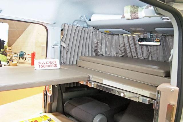 運転席と助手席のシートバックを前に倒し、その上にベッドの上段を展開する