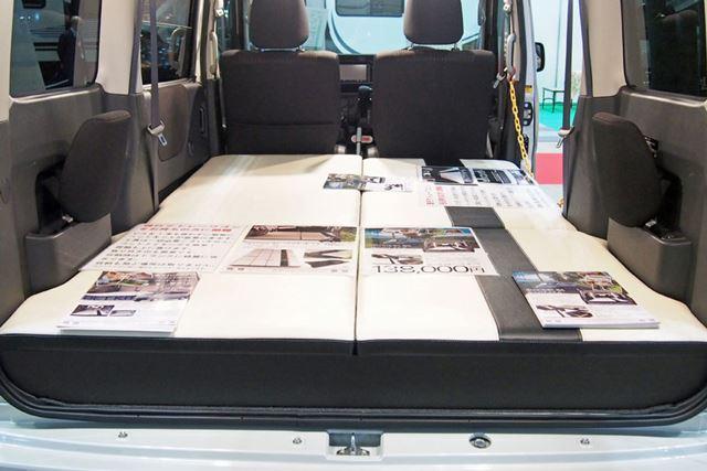 ダイハツ「アトレーワゴン」に「車中泊ベッドキット」を設置した様子。価格は13万8,000円(税別)