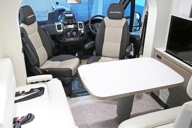 運転席と助手席を回転させれば6人でテーブルを囲めるリビングスペースを完備