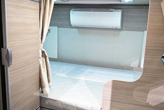 車体の後部には2人が車体に対して横向きに寝られるベッドを装備。乗車定員は6名で、就寝定員は4名