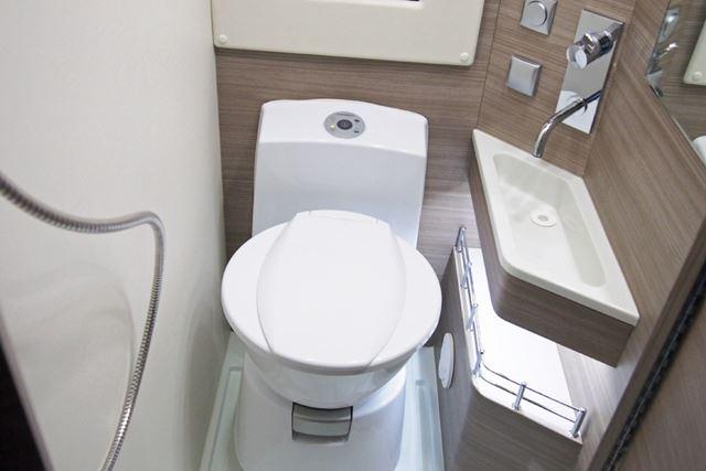 トイレも装備されているので、車内で暮らすことができる