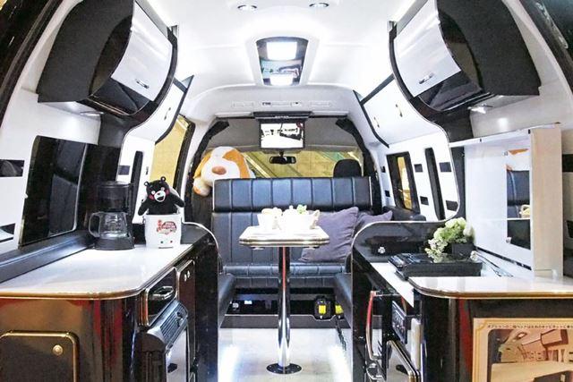 車内とは思えないほど広々とした室内。ホワイトとブラックで仕上げられ、質感も高い