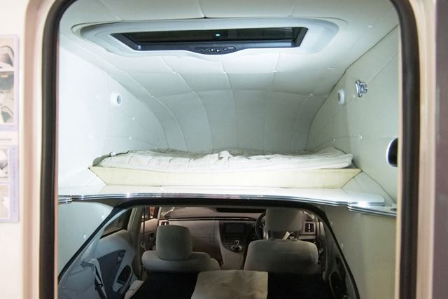 シェルの中のベッドには2名就寝可能。車内のスペースと合わせて、最大4人が寝られる