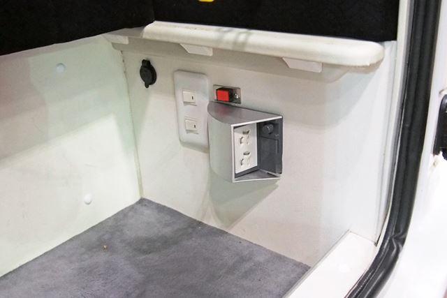 1,500Wの電源を取り出せるコンセントを装備。冷蔵庫や電子レンジを設置することも可能だ
