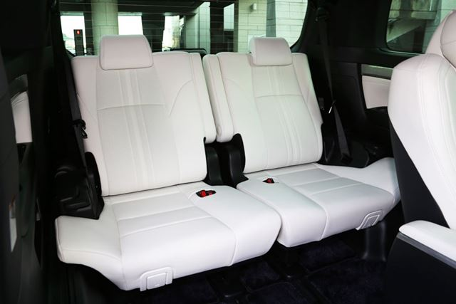 トヨタ「アルファード」Executive Lounge Sの、左右跳ね上げ式3列目シート