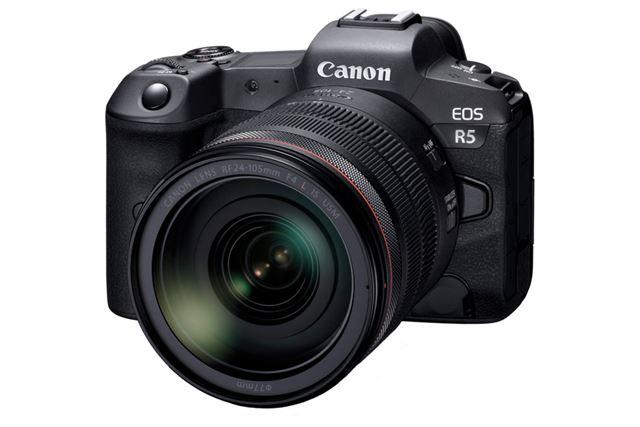 開発発表された「EOS R5」(装着レンズは「RF24-105mm F4 L IS USM」)