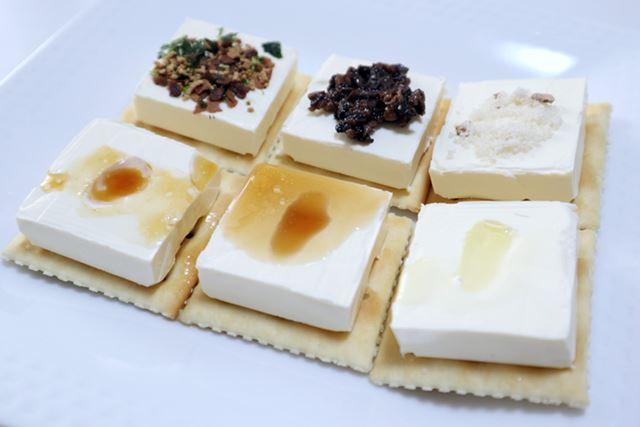 今回はクラッカー&クリームチーズにのせて比較してみました