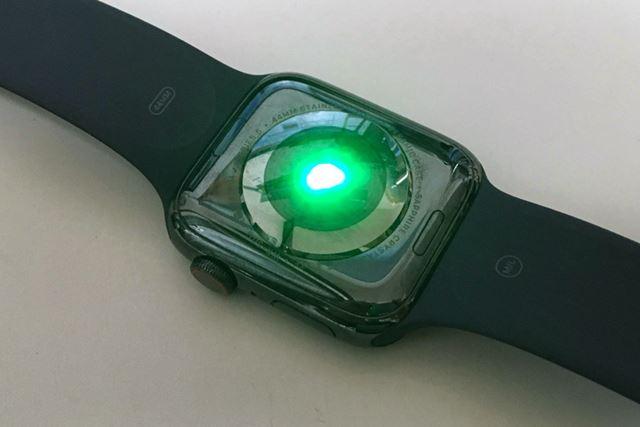 ケースの裏側には、心拍センサーを搭載。スポーツ時や睡眠時の心拍データを収集して解析してくれる