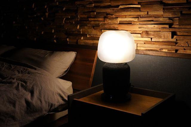 テーブルランプ型は定番のベッドサイドに設置